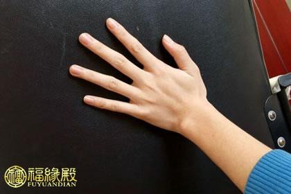 男人的手,干干净净,有骨感,看上去有劲,这一类的男人手最受欢迎